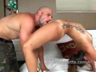 그녀의 엉덩이가 크고 그녀의 여자가 젖어있다.