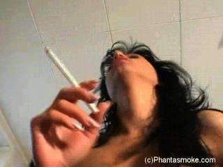 담배를 피우고 사정에 탄다.