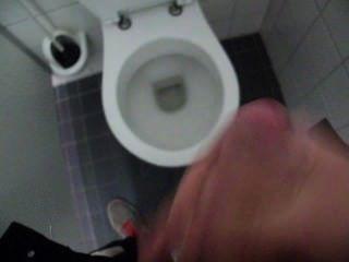 공중 화장실에서 남자 멍청이와 정액