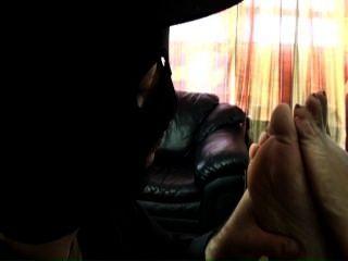 여주인 악당은 그녀의 발 노예를 징계합니다.