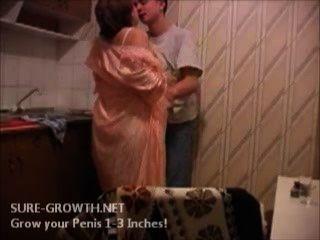 bbw 할머니가 옆집에서 소년을 엿먹 였어.
