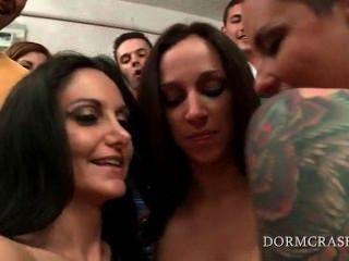 대학 흥분한 청소년을위한 섹스 쇼를하고있는 알몸의 포르노 스타