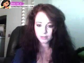 그녀는 웹캠에 섹시한 몸매를 보여줍니다.