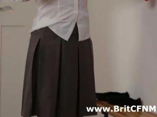 교복을 입은 두 명의 영국 cfnm 소녀가 선생을 유혹합니다.
