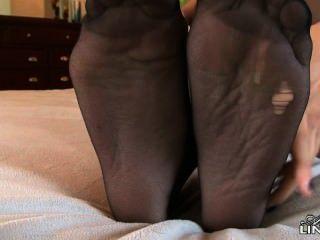 셀레스트 스타가 스타킹에 아주 뜨거워서 발로 너를 괴롭힌다.