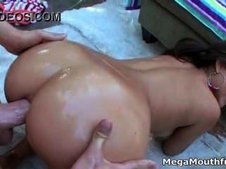 아름다운 큰 엉덩이 기름칠