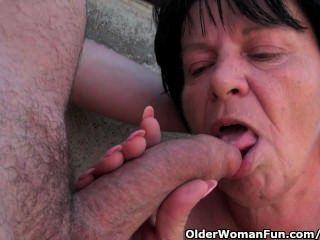 1 인치 젖꼭지가있는 뚱뚱한 할머니, 실외에 잡혔다.