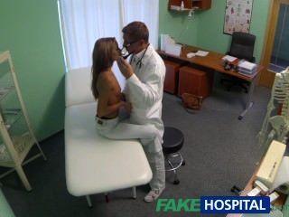 특수 치료를받는 뜨거운 어린 아기를 감시하는 가짜 병원