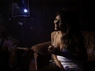 주변에서 놀고있는 뜨거운 시가 흡연 여성