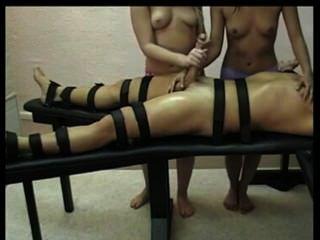 두 명의 뜨거운 여자애들에 의한 femdom handjob