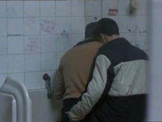 공중 화장실에서 만난 두 명의 뜨거운 남자들과 ...
