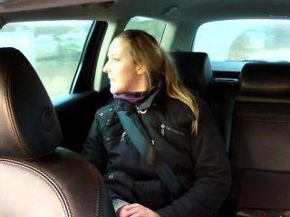가짜 택시 운전사가 뒷좌석에 갈색 머리를 범했습니다.