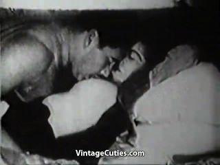 뚱뚱한 남편이 그의 거유 한 아내를 강타한다.