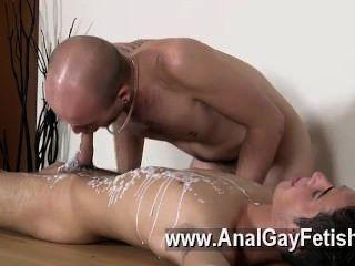 게이 포르노 돔 동료 kieron 나이트는 젊은이를 떨어 뜨리고있는 턱을 가지고있다.