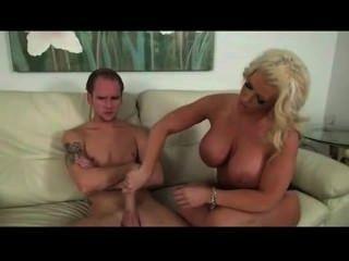 그의 gf의 어머니는 열성에있는 제일 매춘부이다.