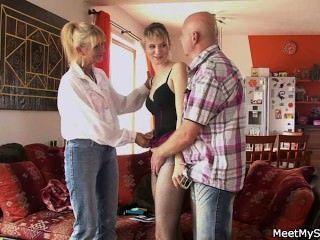 그녀는 옛 부모와 삼 인조가있다.