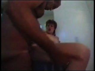 큰 가슴과 엉덩이에 큰 아가씨가 큰 자들에 의해 범해진다.