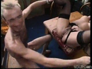 섹시한 갈색 머리 주부는 그녀의 직장에서 털썩 내리게된다.