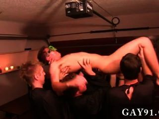 게이 포르노 이번 주 정복 몇 가지 비정상적인 hazing 방법을 특징으로,