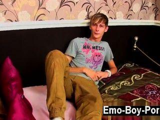게이 비디오 connor levi는 정말 슬림하고 시원한 영국인입니다.