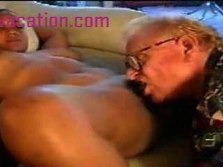 큰 가슴을 가진 흑인 아가씨는 늙은 백인 남자에게 망할