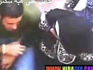 아랍 여자는 주무르기를 준다.