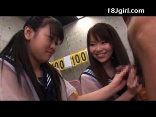 두 명의 아시아 여학생