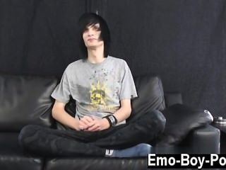 놀랄만한 twinks 레오는 확실히 emo의 정의 다.긴 검은 색