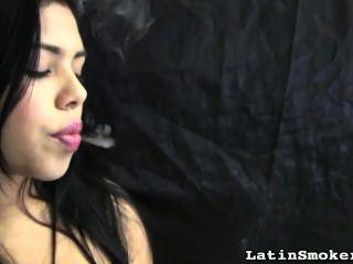 통통한 입술로 담배 피우다.