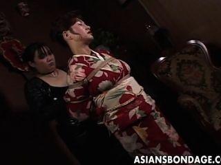 기모노의 일본인은 묶여있다.