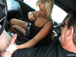 차안에서 섹시한 아가씨.