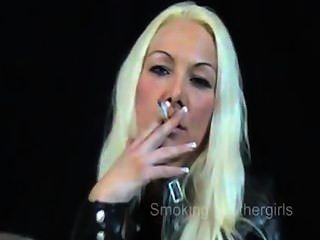 가죽 바지를 입은 여자 흡연자