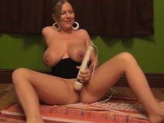 장난감 놀기, 거유 한 젖꼭지에서 가슴 주둥이를 피우는 것!