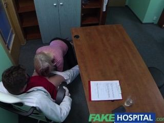 가짜 병원 금발이 자기 방식대로 의사를 유혹한다.