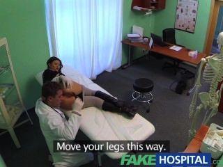 fakehospital 완벽한 가슴이 마른 날씬한 환자는 의사가 수탉을 치료하는 것을 좋아합니다.