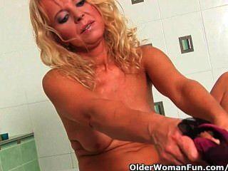 정욕에 50 마리 이상의 할머니가 욕실에서 자위하고있다.