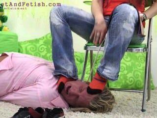 그녀의 발을 핥을 독일 소녀 강제 남자