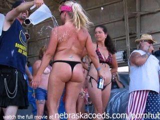 그들의 가슴과 엉덩이를 공개적으로 보여주는 진짜 여성