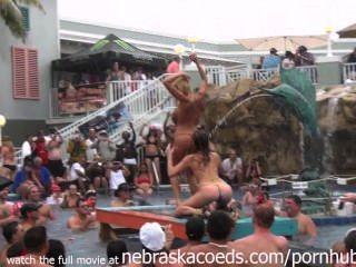 이 열대 리조트 수영장 파티가 예열하고 있습니다.