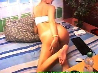 뜨거운 금발의 유부녀가 그녀의 엉덩이를 넓게 펼친다.