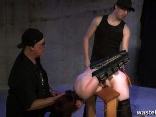 그들의 성 노예 엉덩이를 때리는 두 지하 감옥의 주인