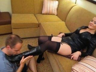 휘트니는 그녀의 발에 완전히 미친듯한 복장을 애 태우다.