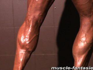 성숙한 근육 괴물 소송은 그녀의 힘든 몸매를 보여줍니다.