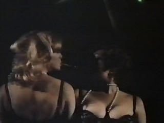 꽃이 만발한 팬티가있는 두 명의 여성 간첩들 (1979) full movie