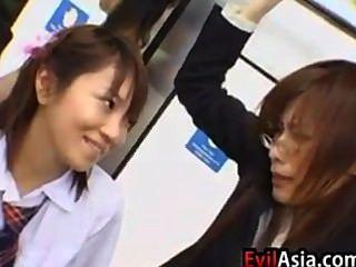 아시아 여학생과 교사
