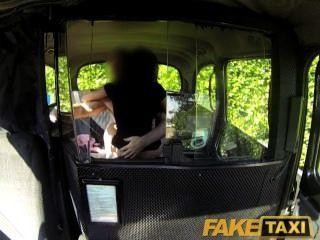 faketaxi 섹시한 검은 여자가 택시 운전사와 복수의 섹스 테이프를 만든다.