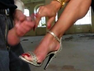 숙녀 ewa는 그녀의 발에 정액을 얻는다.