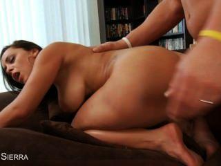 뛰어난 라이자 델 시에라가 엉덩이를 망하게 해.