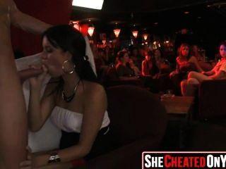 10 명의 야생 당 매춘부가 스트리퍼를 빨아 먹는다. t cfnm party25