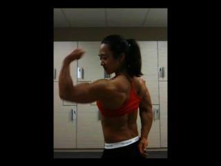 거 대 한 아시아 여성 근육 flexing